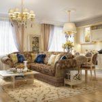 Угловой диван с пестрой обивкой