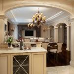 Арки и колонны в интерьере кухни-гостиной
