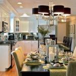 Черные плафоны люстры на потолке кухни-гостиной