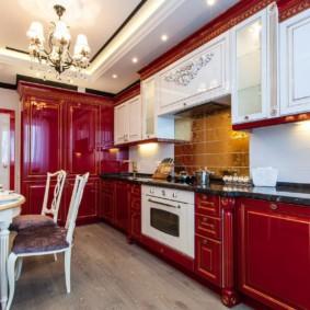 Красно-белая кухня в классическом стиле