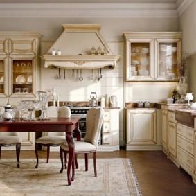Каминная вытяжка в кухне классического стиля