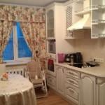 Классическая кухня с пестрыми занавесками