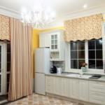 Мелкие полоски на кухонной шторе