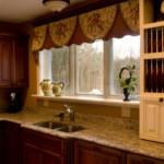Современные занавески на окне кухни