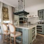 Классическая кухня с островом и балконом