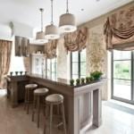 Ламбрекены на кухонных окнах в частном доме