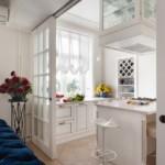 Легкая занавеска в кухне с белыми стенами