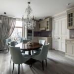 Современные стулья в кухне классического стиля