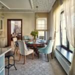 Прозрачные занавески на кухонном окне