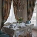 Красивая скатерть на кухонном столе