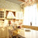 Яркое освещение кухни с окном на солнечную сторону дома