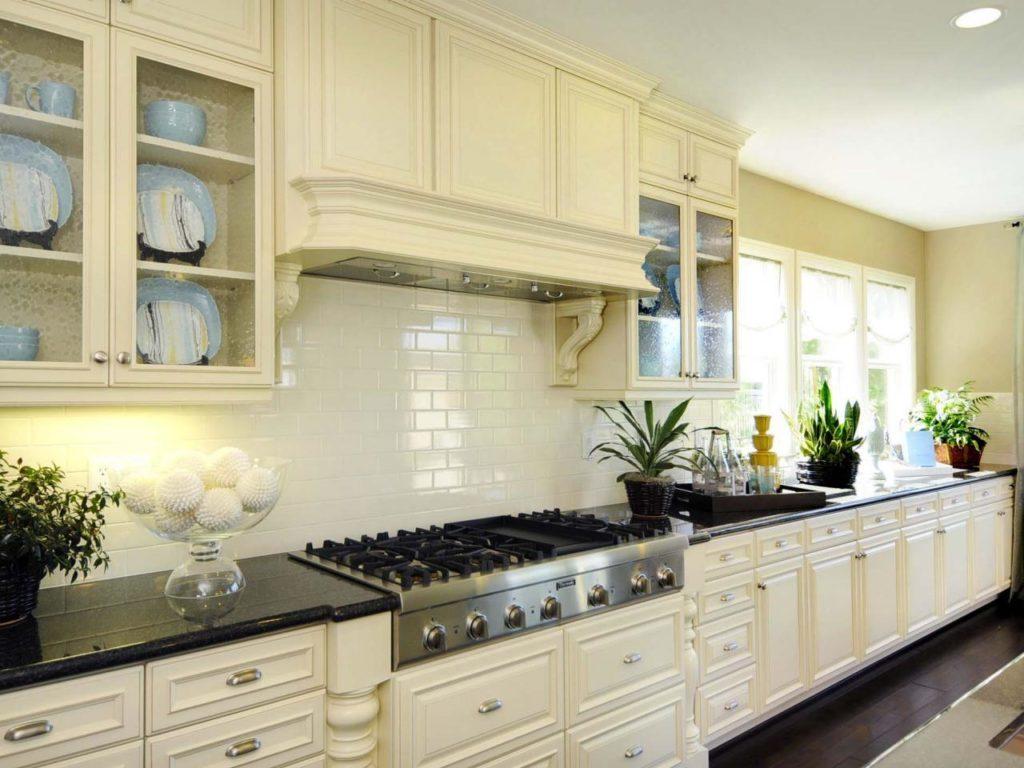 Белый фартук в линейной кухне классического стиля