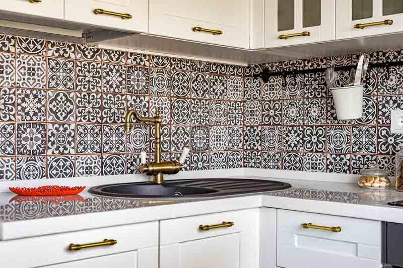 Мозаичная плитка на фартуке классической кухни