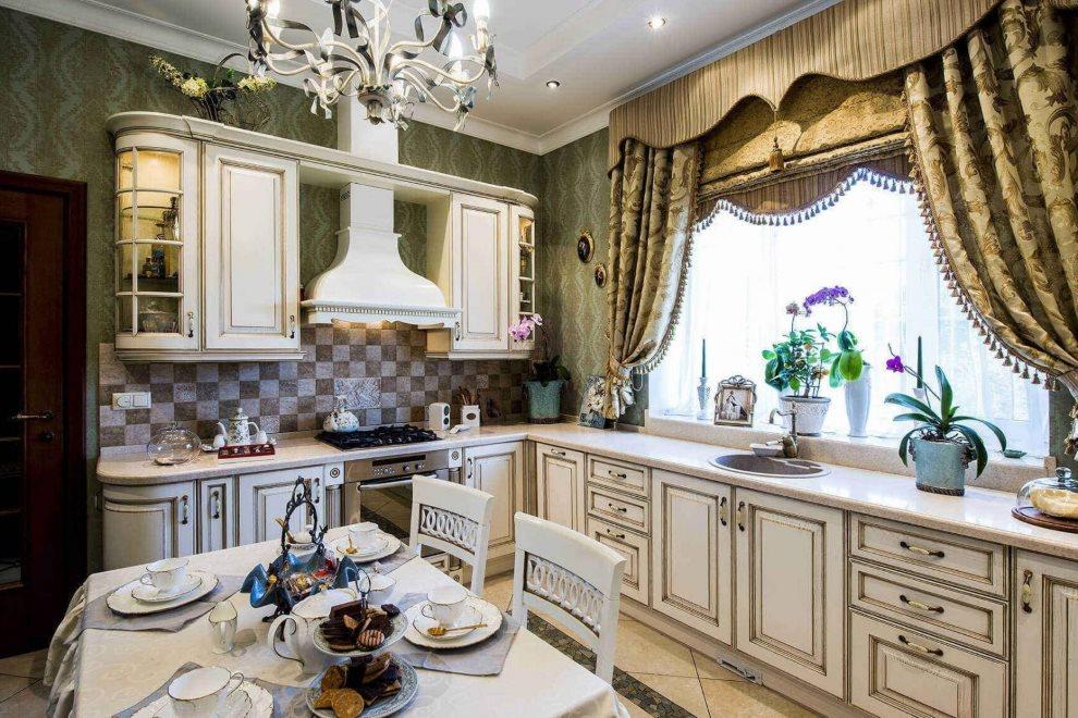 Угловая классическая кухня с ламбрекеном на окне