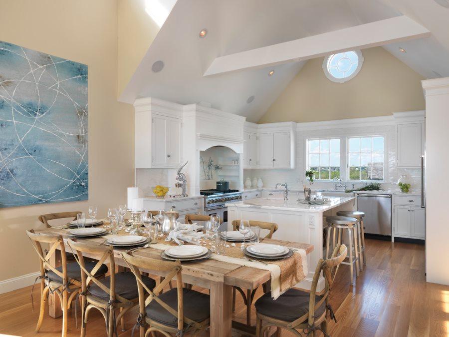 Интерьер кухни в стиле рустик с деревянным столом