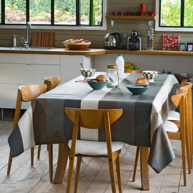 Скатерть с полосками на кухне частного дома