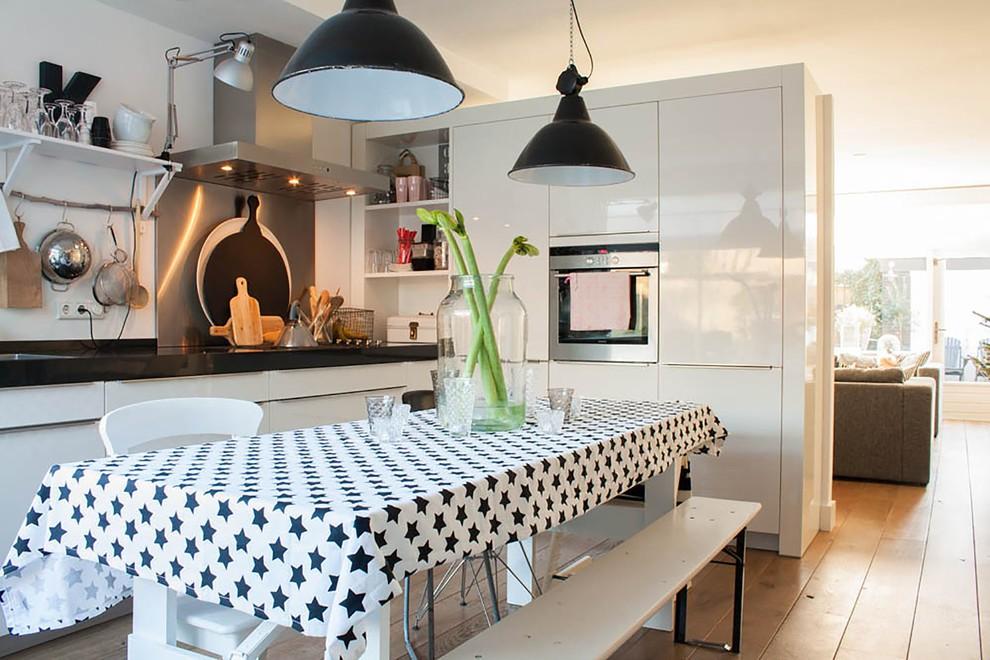 Интерьер кухни в скандинавском стиле с модной скатертью