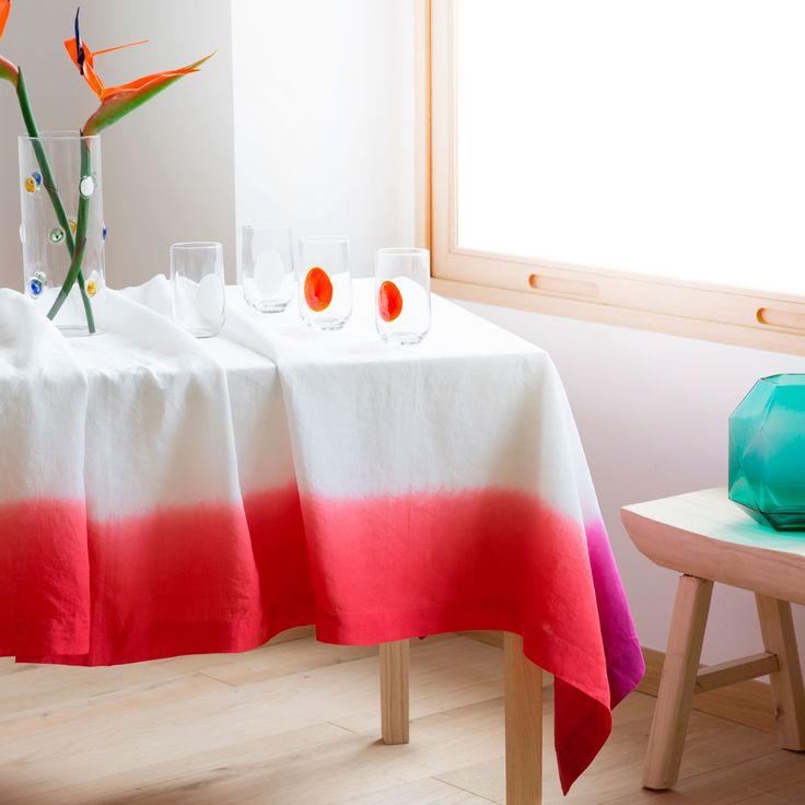 Красная полоса на свесе кухонной скатерти