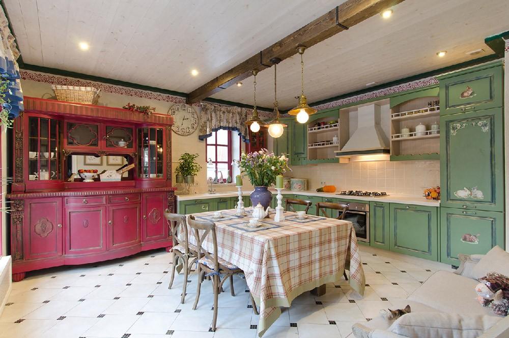 Просторная кухня в стиле прованс с обеденной зоной
