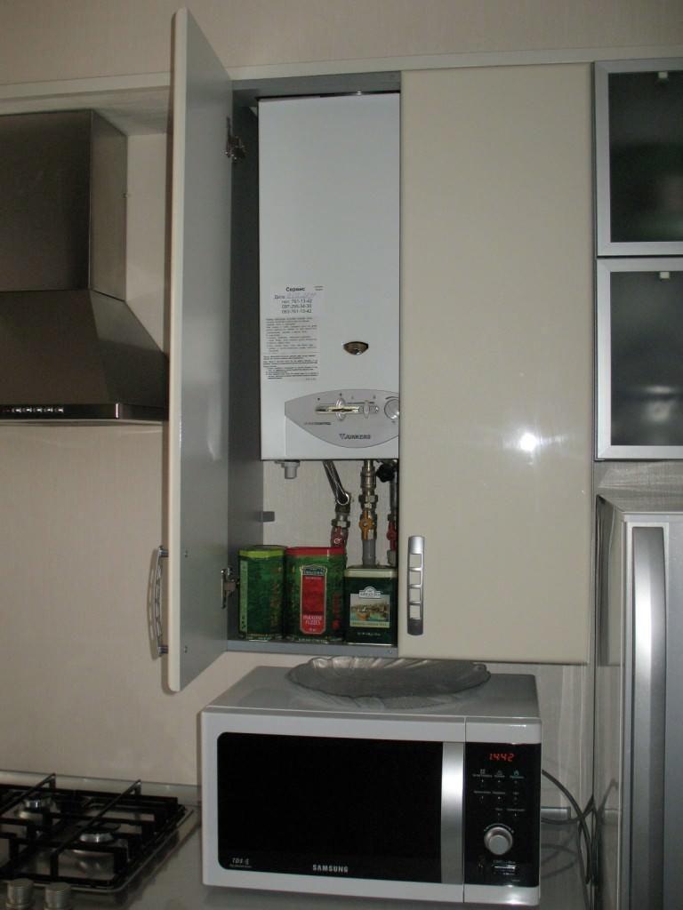 Микроволновка под шкафом с газовой колонкой