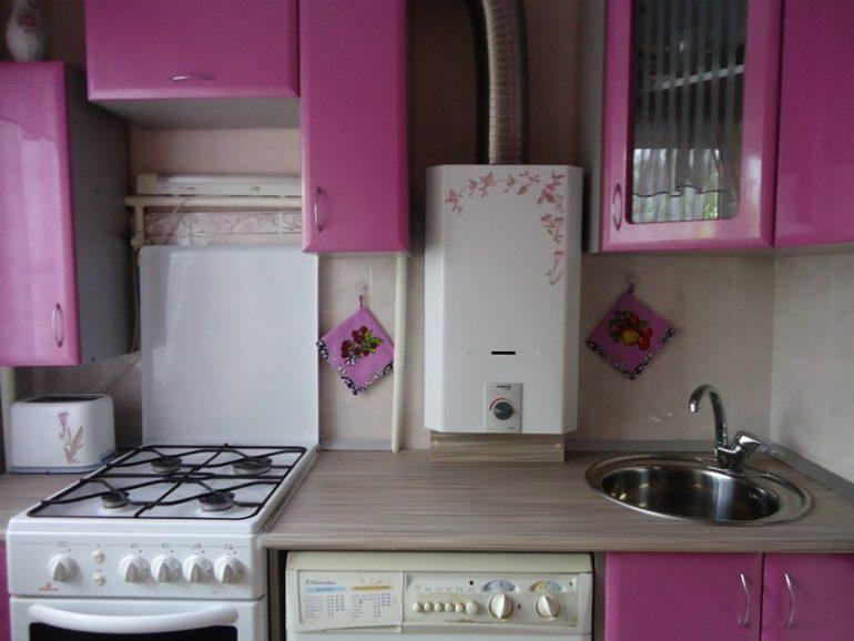 Компактная модель газовой колонки над кухонной раковиной