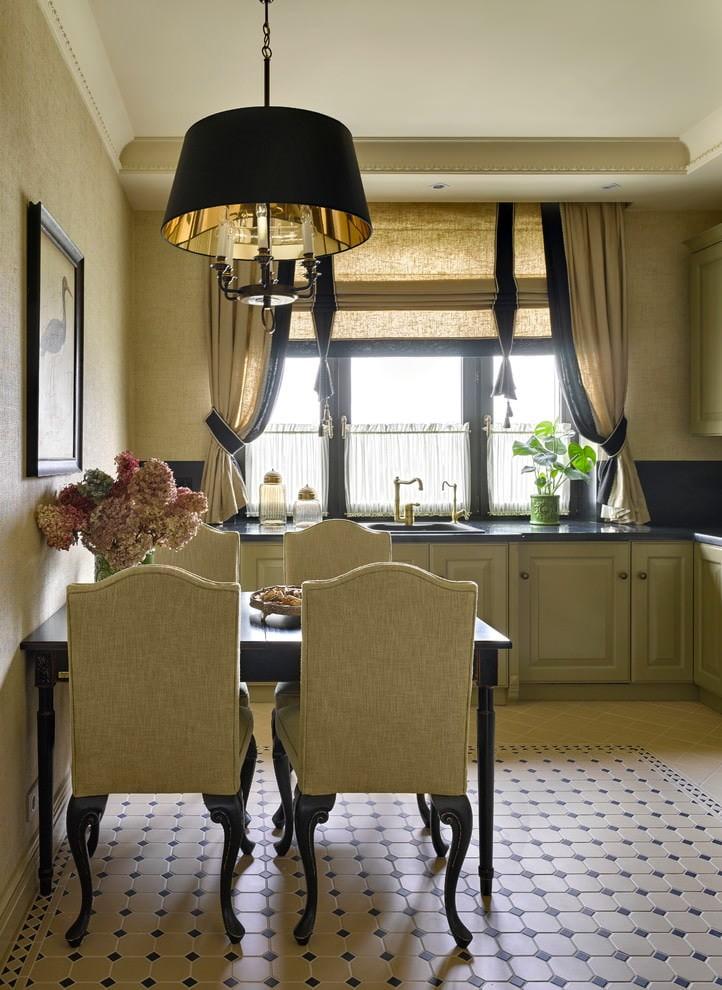 Комбинация классических штор с римской моделью на окне кухни