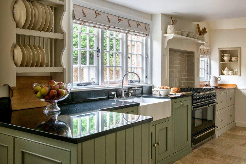 Фарфоровые тарелки на полках кухни в стиле кантри