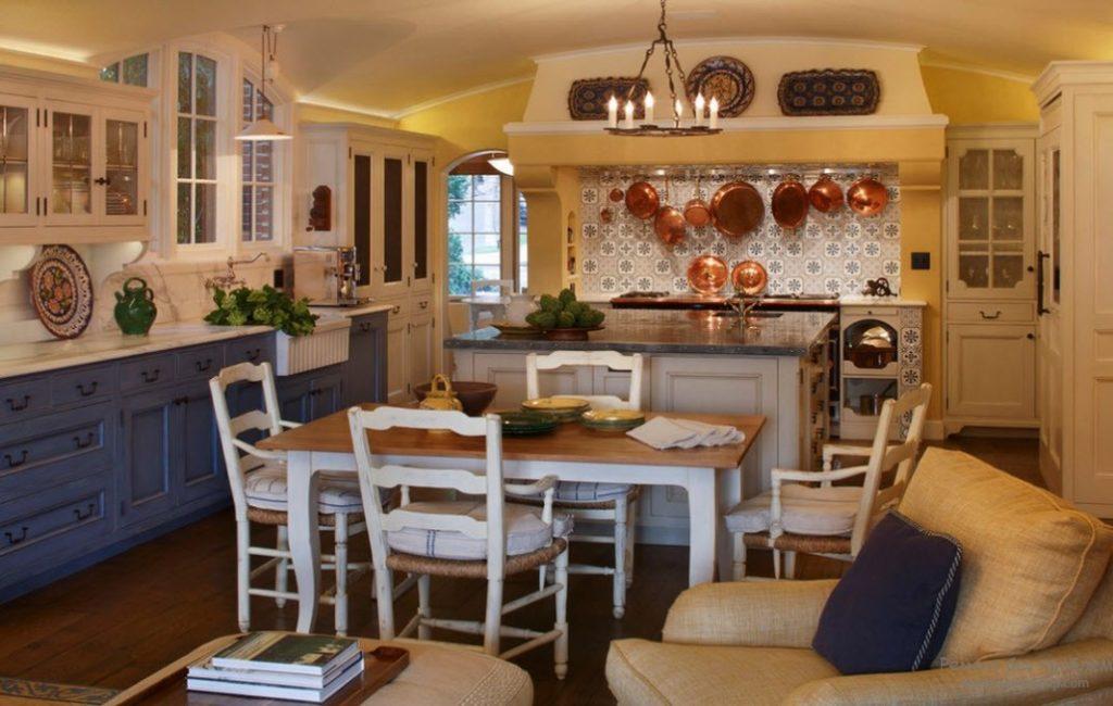 Темный низ кухни в стиле прованс с белыми навесными шкафами