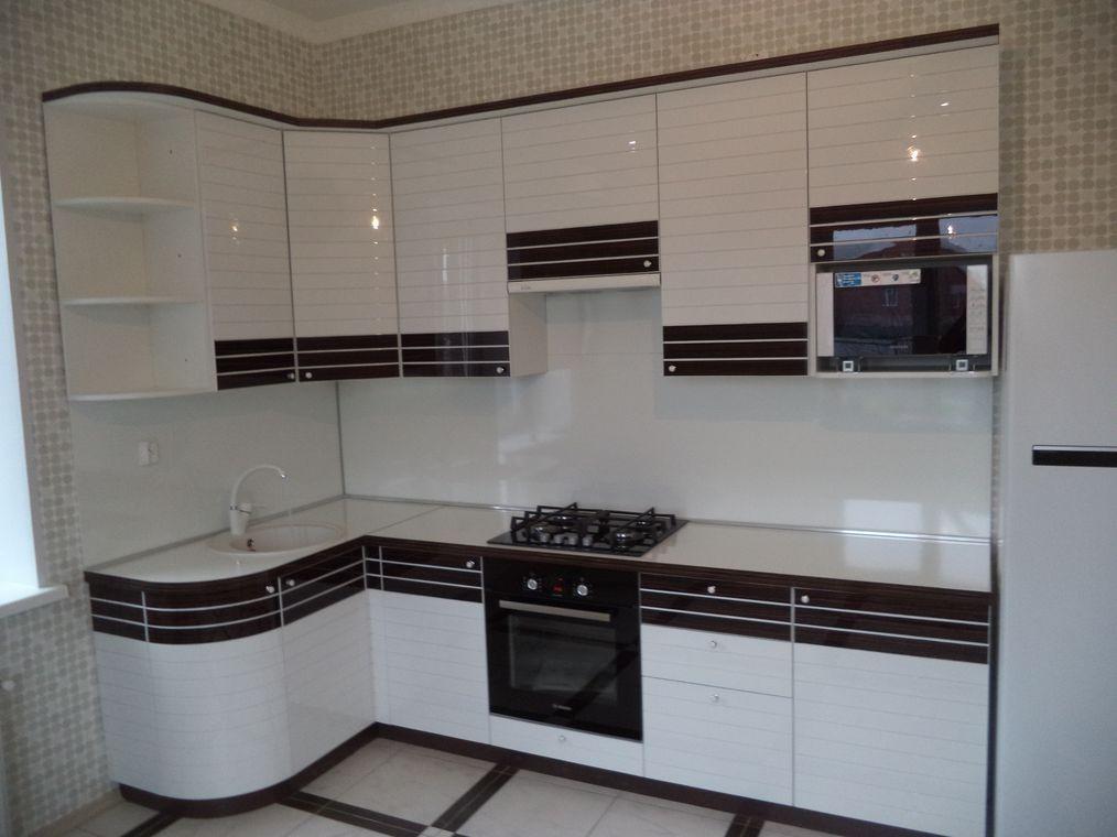 Черные полоски на белых фасадах кухонного гарнитура