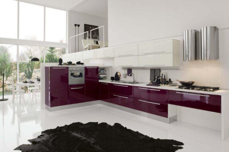Кухонный гарнитур с контрастными фасадами в современном доме