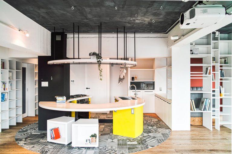 Черный потолок кухни с деревянным полом