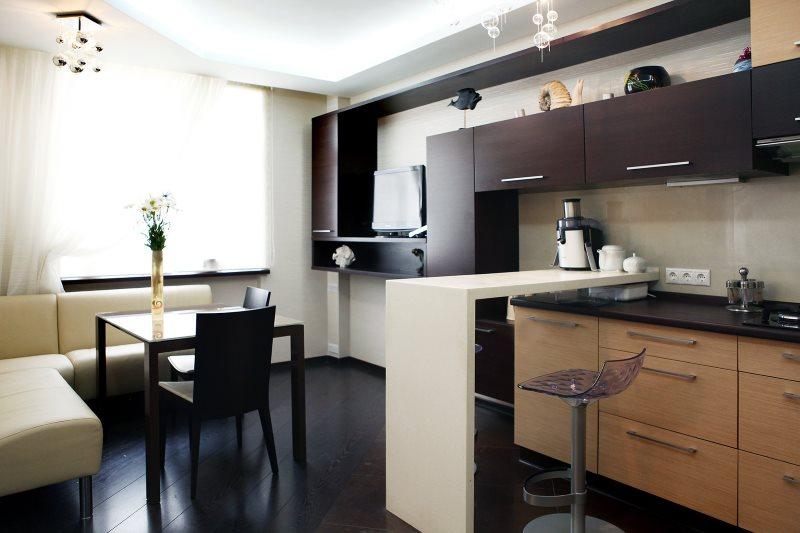 Темно-коричневый пол в кухне-гостиной