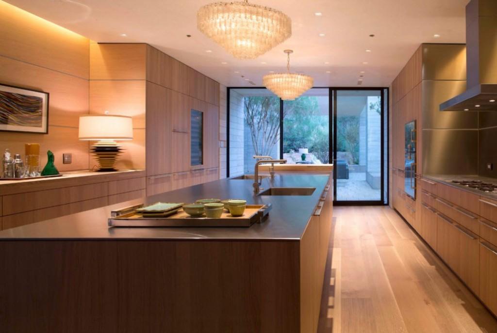 Дизайн кухни в стиле модерн с коричневым гарнитуром