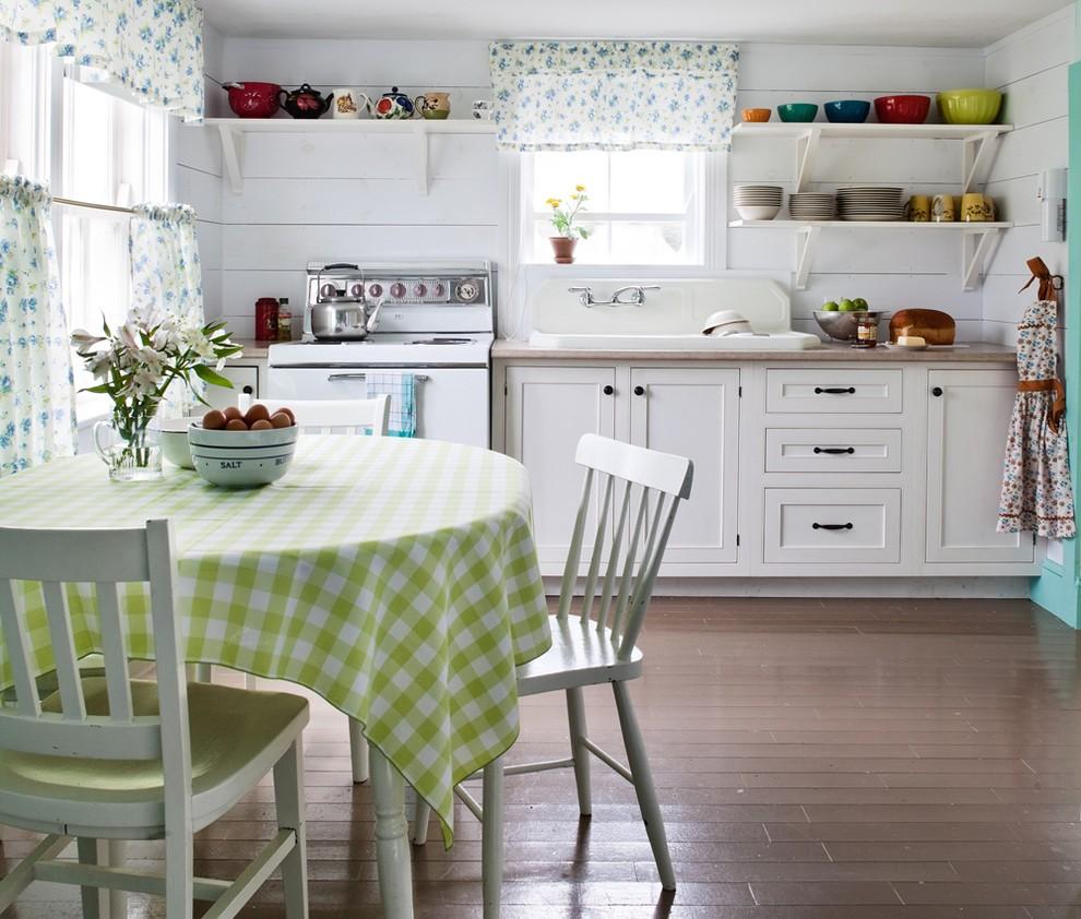 Короткие шторы в интерьере деревенской кухни