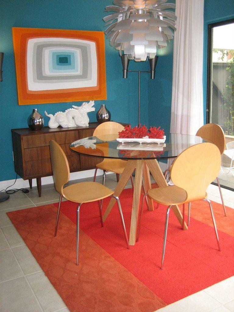 Яркий ковер на полу кухни в ретро-стиле