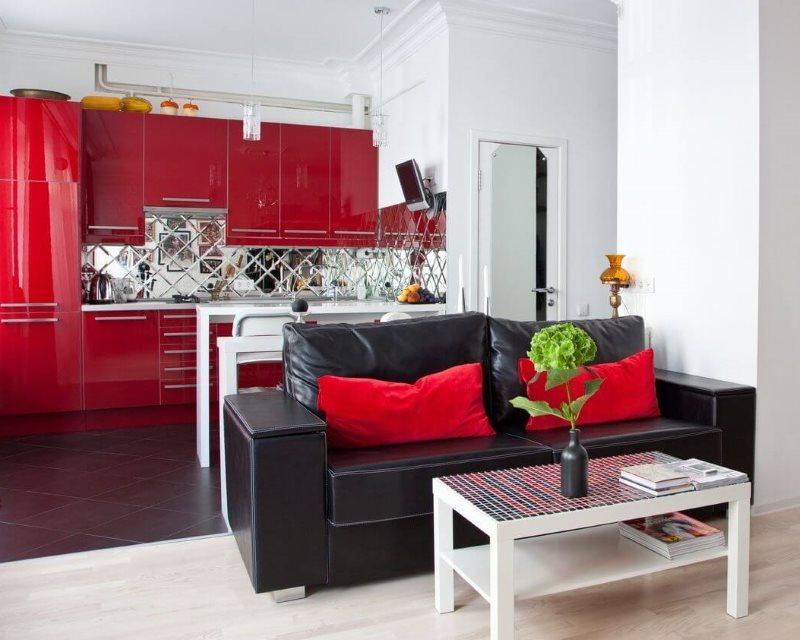 Красные фасады гарнитура и черная обивка дивана