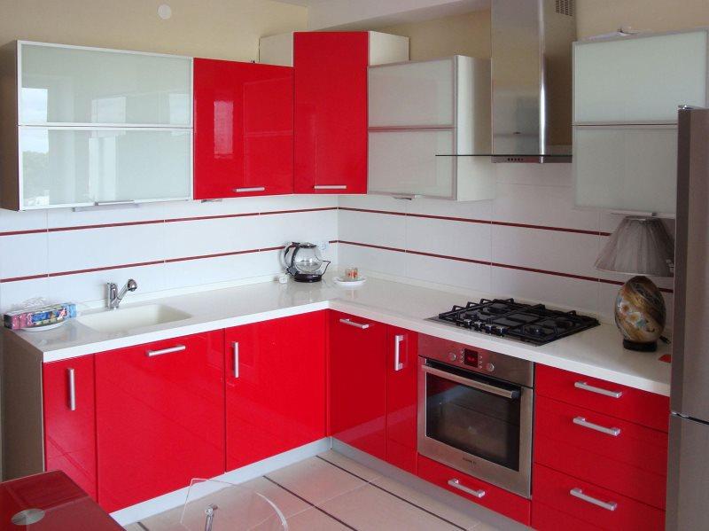 Красный гарнитур в маленькой кухне хрущевки