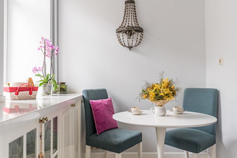 Круглый стол белого цвета на кухне в стиле неоклассика