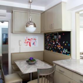 Мягкий уголок в кухне среднего размера