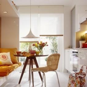 Рулонные шторы на кухонном окне