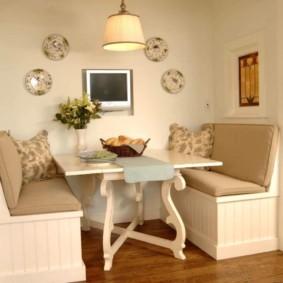 Кухонный столик с фигурными ножками