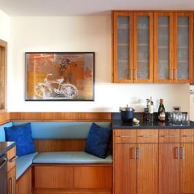 Синяя обивка кухонного диванчика