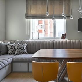 Римская штора над угловым диваном