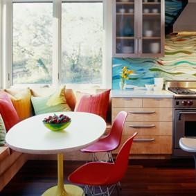 Разноцветные подушки на угловом диване