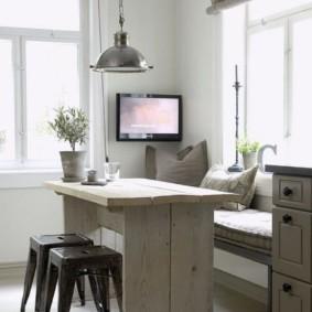 Обеденный стол из досок в кухне загородного дома