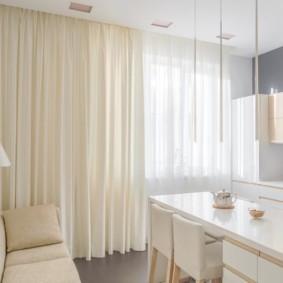 Бежевые шторы в светлой кухне-гостиной