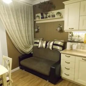 Компактный диванчик в конце кухонного гарнитура