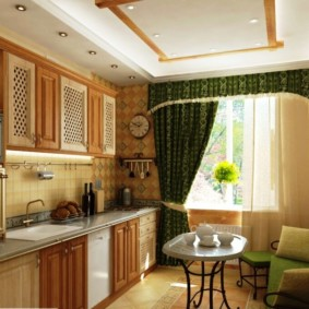 Зеленый шторы с ламбрекеном на окне кухни-гостиной