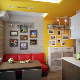 Красный диван в кухне с желтыми стенами