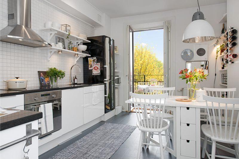 Серый коврик на керамическом полу современной кухни
